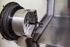 Cnc-drejbänk i fabriks- process arkivfoto