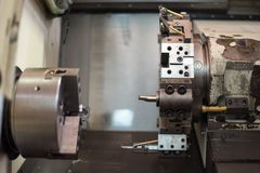 Cnc-drejbänk i fabriks- process royaltyfria bilder