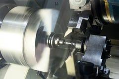 Cnc-drejbänken bearbetar metalldelen Arkivfoton