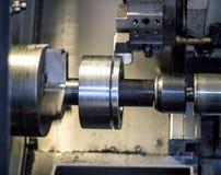 Cnc-drejbänken drar ut delen av metallworkpieceblocket, den moderna drejbänken för metall som bearbetar, närbilden, maskincnc fotografering för bildbyråer