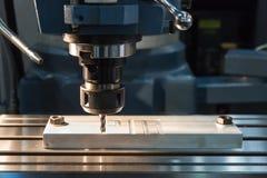 CNC ENGRAVER που εργάζεται στο εργοστάσιο στοκ φωτογραφίες