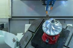 CNC för fem axel som bearbetar med maskin turbinen för jetmotor för mittklipp royaltyfria bilder