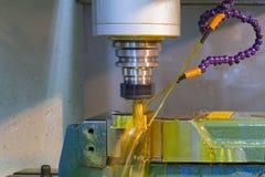 CNC för malningmaskin med det olje- kylmedlet Arkivfoton