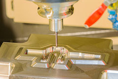 CNC het machinaal bewerken matrijs van het centrum de scherpe smeedstuk door endmillcad nok royalty-vrije stock afbeeldingen