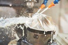 CNC het werk van de malenmachine Koelmiddel en smering in de industrie van de toestelmetaalbewerking royalty-vrije stock fotografie