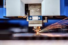 CNC Laser-Ausschnitt des Metalls, moderne Industrietechnik Stockfotografie