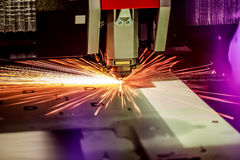 CNC Laser-Ausschnitt des Metalls, moderne Industrietechnik Stockbild