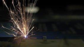 CNC Laser-Ausschnitt des Metalls, moderne Industrietechnik Industrieller Laser graviert auf Metall stock video footage