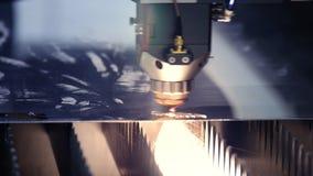 CNC Laser-Ausschnitt des Metalls, moderne Industrietechnik Industrieller Laser-Scherblock mit Funken Der programmierte Roboterkop stock footage
