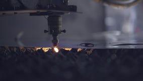 CNC Laser-Ausschnitt des Stahlmaterials des flachen Blechs auf einer Drehbank mit dem Programm, moderne Industrietechnik hell stock footage