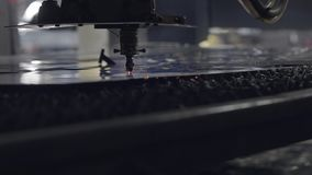 CNC Laser-Ausschnitt des Stahlmaterials des flachen Blechs auf einer Drehbank mit dem Programm, moderne Industrietechnik hell stock video footage