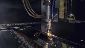 CNC Laser-Ausschnitt des Stahlmaterials des flachen Blechs auf einer Drehbank mit dem Programm, moderne Industrietechnik hell stock video