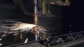 Cnc-laser-klipp av material för stål för metall för plant ark på en drejbänk med programmet, modern industriell teknologi brigham arkivfilmer