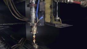 Cnc-laser-klipp av material för stål för metall för plant ark på en drejbänk med programmet, modern industriell teknologi brigham stock video