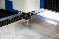 Cnc-laser-klipp av metall, modern industriell teknologi Arkivbild