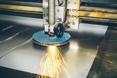 Cnc-Laser-Plasmaschneider, Abschluss oben Moderne Metallarbeitstechnologie an der Herstellungsfabrik Lizenzfreie Stockbilder