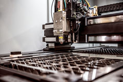 CNC Laserknipsel van metaal, moderne industriële technologie Royalty-vrije Stock Foto's