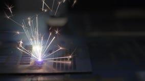 CNC Laserknipsel van metaal, moderne industri?le technologie De industriële laser graveert op metaal stock footage