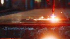 CNC lasermachine terwijl het snijden van metaalblad met het fonkelen licht stock footage