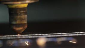 Cnc laserowa tnąca maszyna w procesie, makro- widok zdjęcie wideo