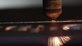 Cnc lasersnijmachine in proces, close-upmening stock video