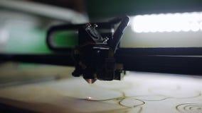 CNC machine scherp hout met een laser CNC machine op het werk Close-up stock footage