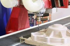 Cnc-malningmaskin Malning och gravyr bearbetar med maskin royaltyfria bilder