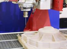Cnc-malningmaskin Malning och gravyr bearbetar med maskin royaltyfri foto