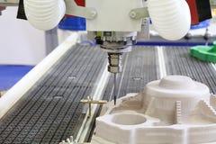 Cnc-malningmaskin Malning och gravyr bearbetar med maskin royaltyfria foton