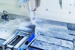Cnc-malningmaskin under operation Royaltyfri Bild