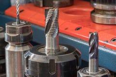 Cnc-malningmaskinen med det metalliska slutet maler karbiden, yrkesmässiga bitande hjälpmedel Arkivfoton