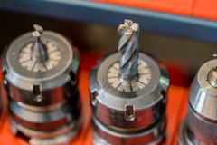 Cnc-malningmaskinen med det metalliska slutet maler karbiden, yrkesmässiga bitande hjälpmedel Fotografering för Bildbyråer