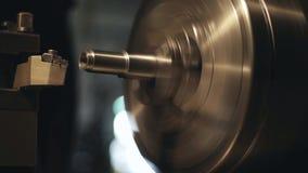 Cnc-malningmaskinen producerar metalldetaljen i fabrik arkivfilmer