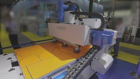Cnc-Maschine an der Ausstellung der Gerätetechnik Werkzeugmaschine bei der Arbeit an der Ausstellung stock video