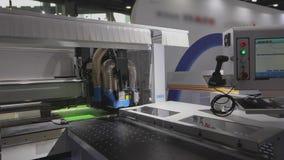 Cnc-Maschine an der Ausstellung der Gerätetechnik Werkzeugmaschine bei der Arbeit an der Ausstellung stock footage