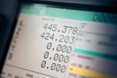 Cnc-Maschinenmonitoranzeige mit Programmcodebetrieb und -zahlen Stockbild