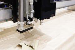 Cnc-maskin för bitande tygtextilmaterial och läder, laser-markering och mätning Modern skodonproduktion arkivfoton