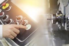 CNC-maskinen för fem axel med handen Arkivbilder