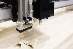 CNC maszyna dla ciąć tkanina tekstylnych materiały, laserowy ocechowanie i pomiar skóra, Nowożytna obuwie produkcja zdjęcia stock