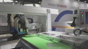 Cnc maszyna przy wystawą narzędzia technologia CNC maszynowy narzędzie przy pracą przy wystawą zbiory wideo