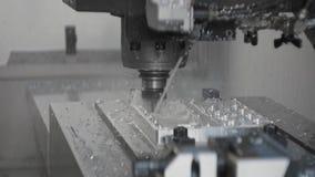 Cnc metaal werkende machine met het malen van het luminiumdetail van het snijdershulpmiddel bij fabriek stock videobeelden