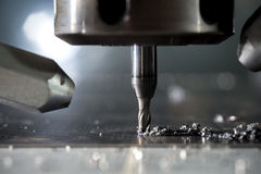 Cnc-metall som förbi bearbetar med maskin, maler arkivfoto