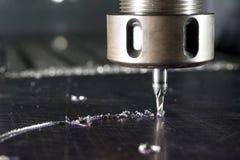 Cnc-metall som förbi bearbetar med maskin, maler royaltyfria foton