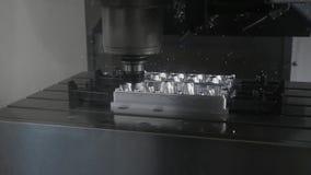 Cnc-Metallarbeitsmaschine mit Schneiderwerkzeug luminium Detail, das an der Fabrik mahlt stock footage