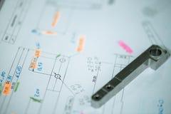 Cnc-Metalldetail über technische Zeichnungsskizze mit Maßen Stockbilder