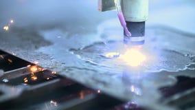 CNC osocza krajacz który jest tnącym metalem out protestuje w przemysł ciężki fabryce zdjęcie wideo