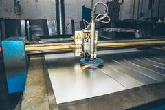 CNC osocza laserowy krajacz Nowożytna metalworking technologia przy zakładem produkcyjnym lub fabryką zdjęcia royalty free