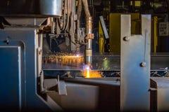 2 CNC-Plasmabrenner, die dünne Stahlplatte mit orange Funken schneiden Lizenzfreies Stockbild
