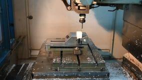 CNC, Prozess des Mahlens des Plastiks auf Rechner-NC-Steuerung, indem es verwendet, bohrt Herstellungsverfahren stock video