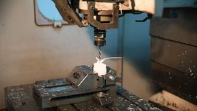 CNC, Prozess des Mahlens des Plastiks auf Rechner-NC-Steuerung, indem es verwendet, bohrt Herstellungsverfahren stock video footage
